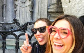 two women laughing at Manneken Pis